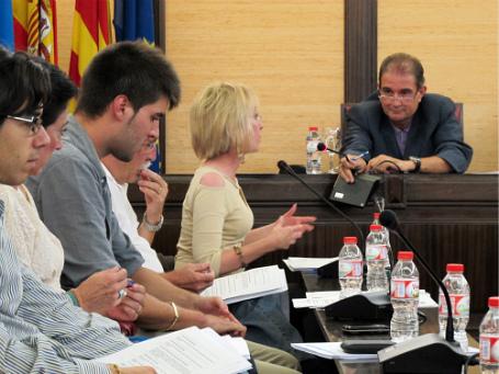 GEST BONIC.-- Ahir va haver-hi una mica de tensió, però també imatges tendres com les quals van protagonitzar Antoni Fogué (PSC) i Mari Carmen Sáez. Fogué li va cedir a Sáez el seu micròfon quan el de la dirigent del PP es va espatllar.